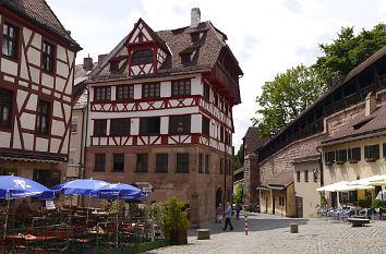 Quermania - Albrecht-Dürer-Haus und Stadtmauer am ...